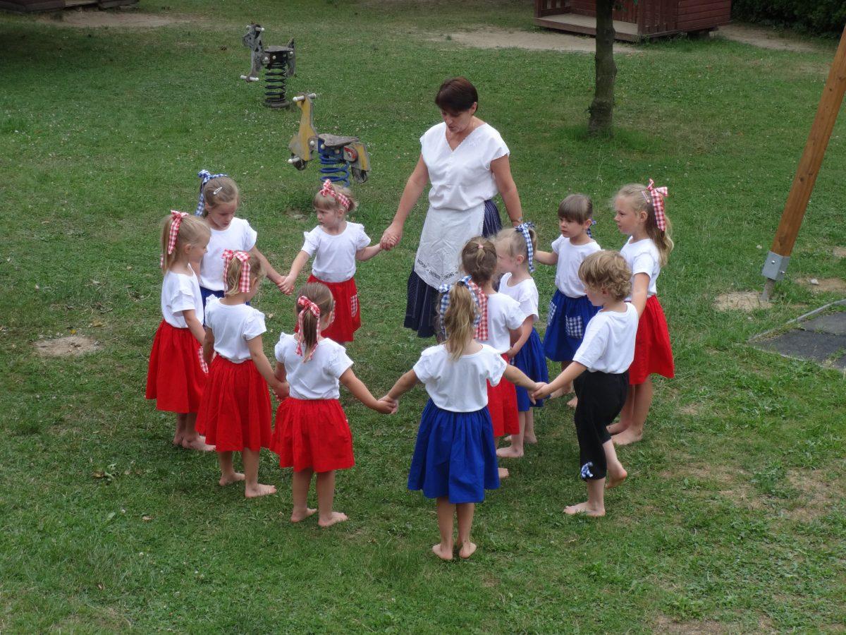 Vystoupení folklórního kroužku pro rodiče na zahrádce školky